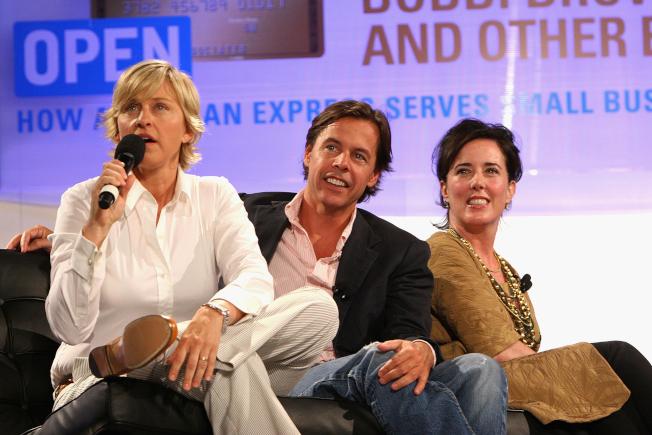 時尚設計師凱特‧史貝德(右)苦於憂鬱症多年,因丈夫安迪(中)想要離婚,在5日走上絕路;圖為兩人過去接受脫口秀主持人艾倫狄珍妮絲(左)訪問。(Getty Images)