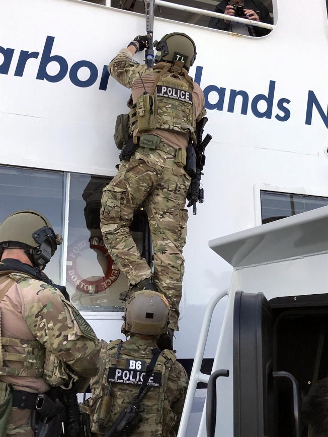 國土安全部波士頓特警隊員在波士頓港演練登船檢查。(ICE發布)