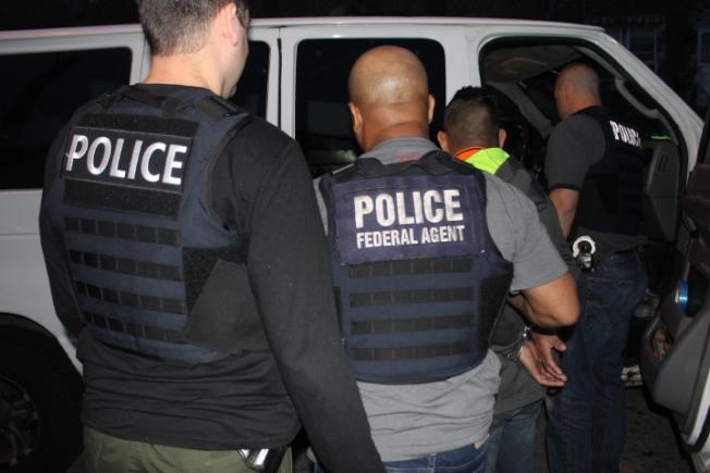 國土安全部探員5月份在費城加強掃蕩無證移民。(ICE發布)