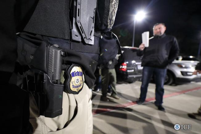 國土安全部探員5月份在芝加哥加強掃蕩無證移民。(ICE發布)