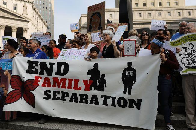 紐約民眾在聯邦大樓外示威,要求廢除移民暨海關執法局,勿再造成無證移民骨肉分離。(Getty Images)