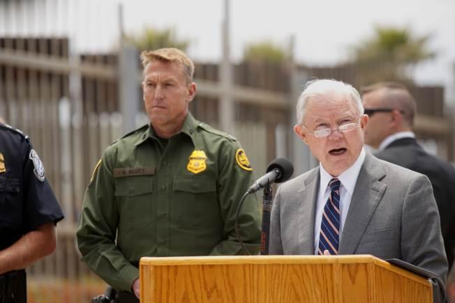 司法部長塞辛斯(右)與移民暨海關執法局副局長賀曼5月初在美加邊境稱,要加強邊界執法。(Getty Images)