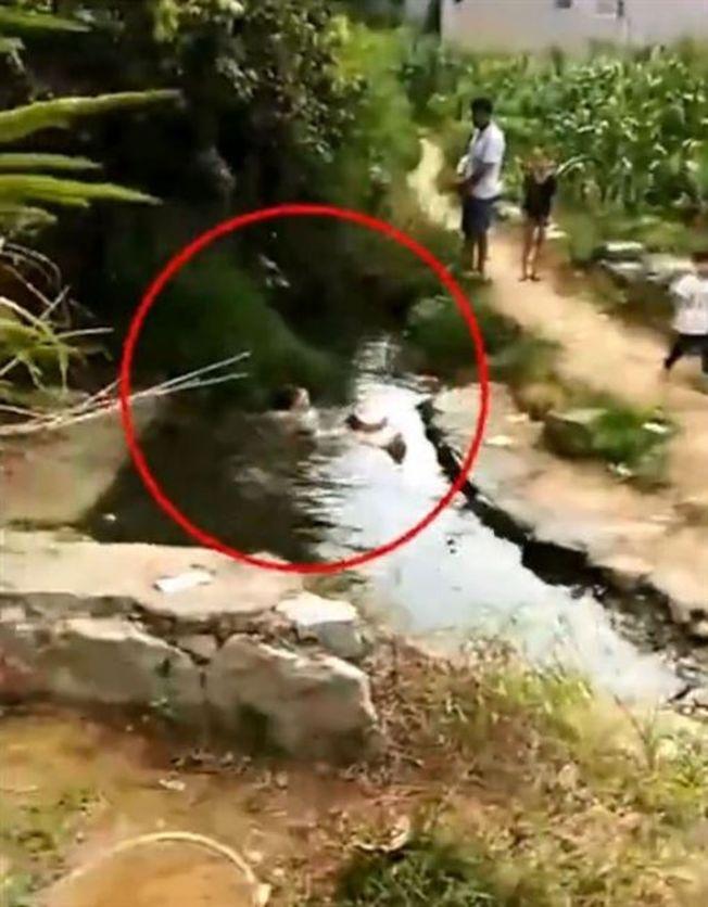 女子遭到公公「浸豬籠」懲罰。(取材自微博)