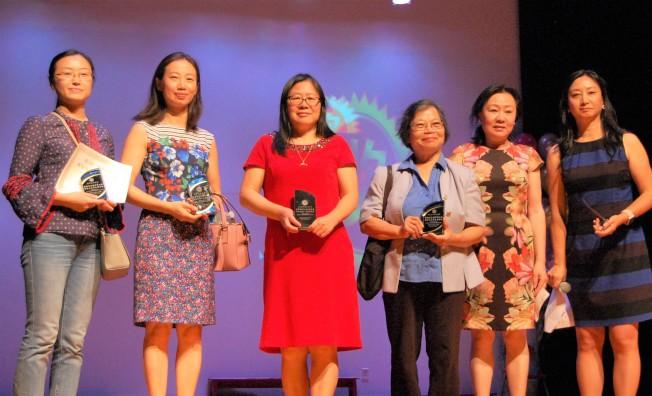 華夏中文學校總校長黃玲(右二)、副校長沙莎(右一)與獲獎老師合影。