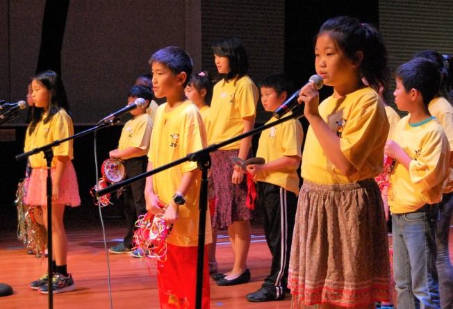 華夏中文學校學生表演文藝節目。