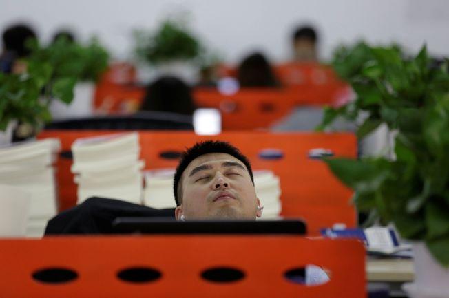 睡眠不足會影響企業員工的生產力。(路透)