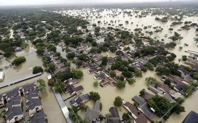 颶風哈維去年挾著豪雨侵襲德州。圖為休士頓泡在洪水的資料照片。(美聯社)
