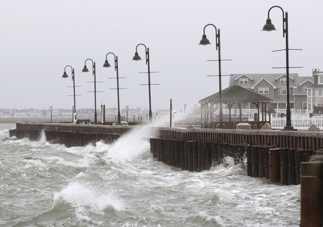 最新報告指出,美國各地高潮洪水發生頻率比30年前增一倍。圖為今年3月新澤西州史東港巨浪拍岸。(美聯社)