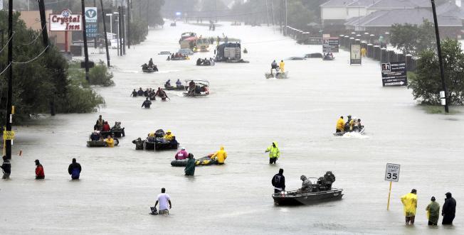 國家海洋暨大氣管理局6日公布最新報告指出,美國各地高潮洪水發生頻率比30年前增一倍。圖為颶風哈維去年挾著豪雨侵襲德州。(美聯社)