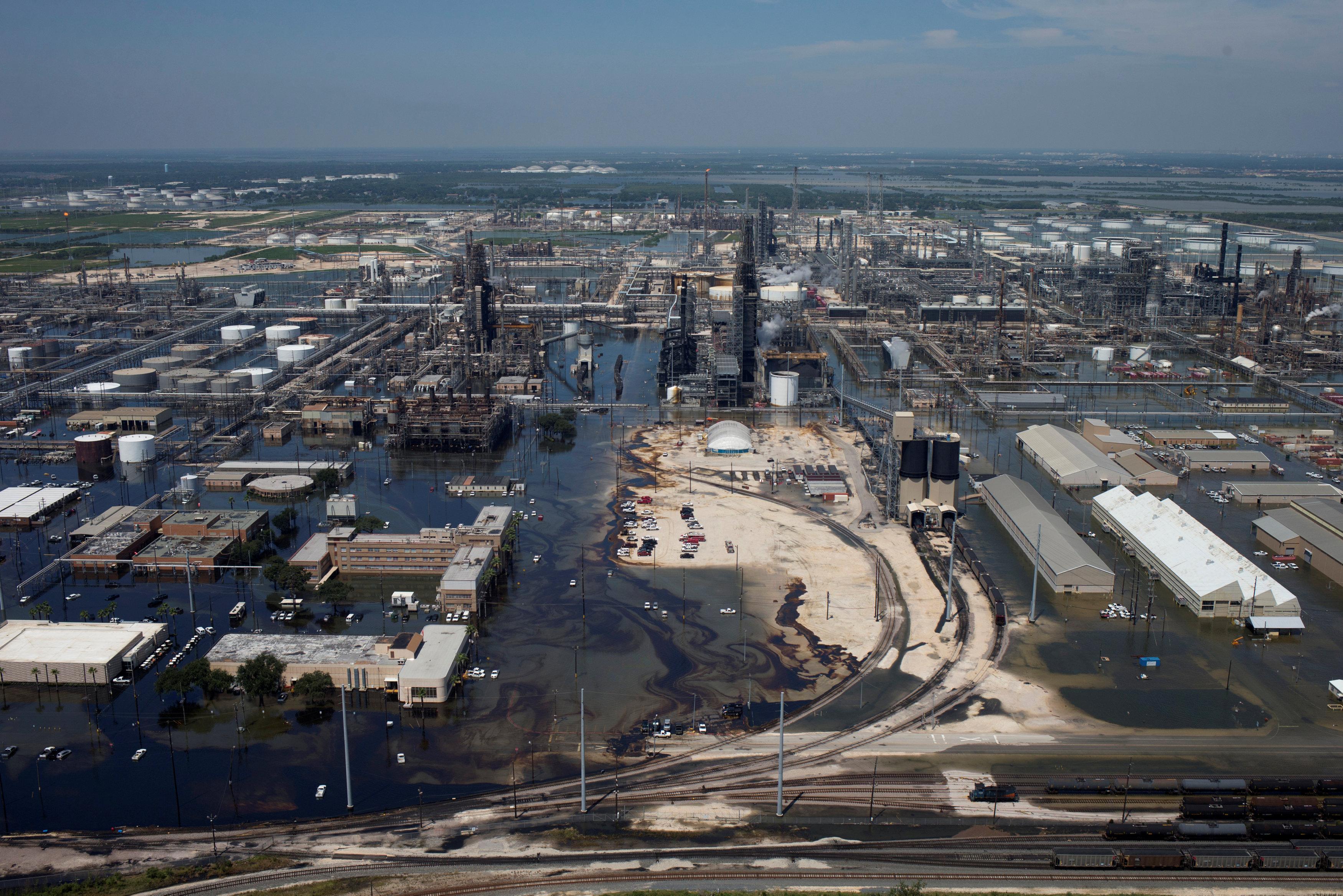 颶風哈維去年挾著豪雨侵襲美南,德州亞瑟港的煉油廠泡在洪水裡。(美聯社)