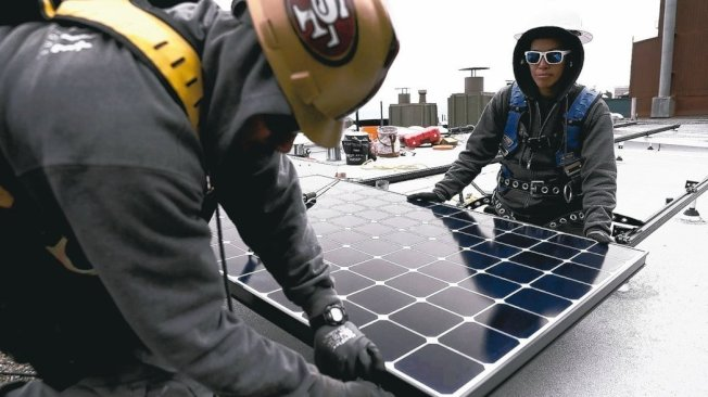 美國政府對進口太陽能板課徵關稅,使外國業者擱置數十億美元的太陽能計畫。 (Getty Images)