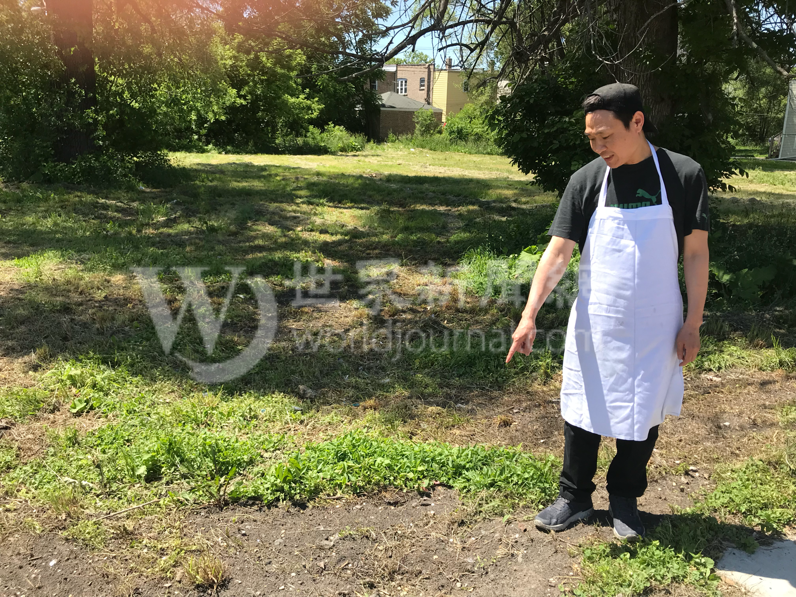 China City東主陳先生表示,影片拍攝當天,餐館員工從餐館後門對街的荒地上,挖了一些泥土,準備帶回家種花。(特派員黃惠玲/攝影)