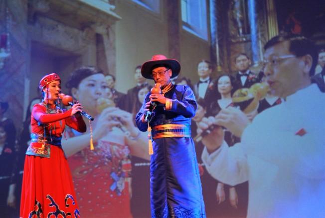 楊萬青、陸曦夫婦演奏葫蘆絲。