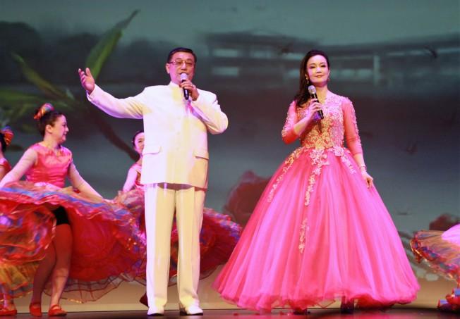 楊萬青、陸曦夫婦演唱歌曲。