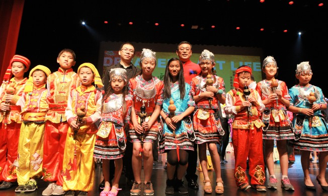 楊萬青(後右)與華夏中文學校馬濤音樂教室的學生合影。