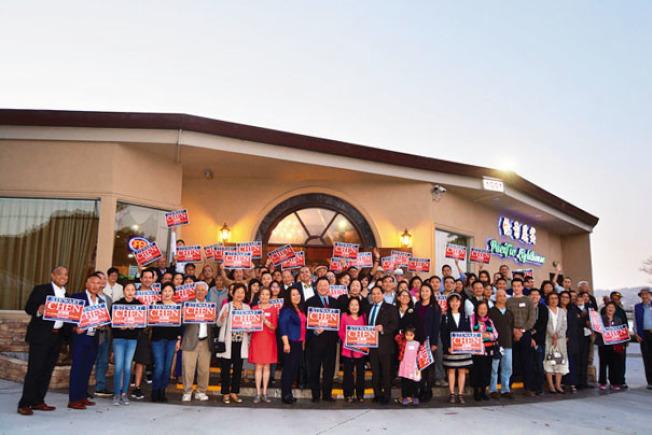 阿拉米達市華裔莊錦鎮(Stewart Chen)7日舉行競選起跑活動,不少支持者到場。(記者劉先進/攝影)
