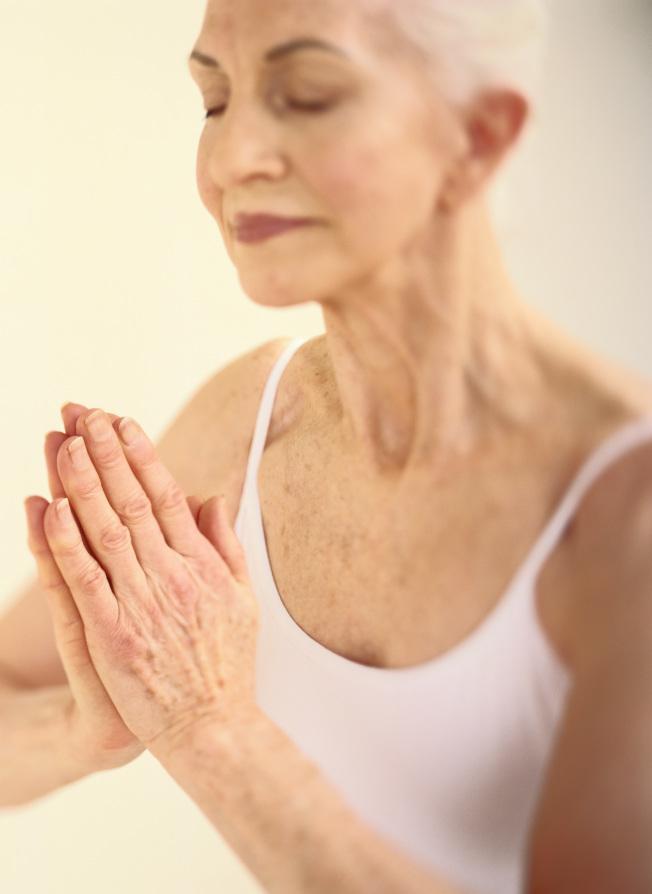 重視呼吸、冥想和肢體伸展的瑜伽,有助改善因癌症治療導致的疲憊和睡眠障礙。(Getty images)