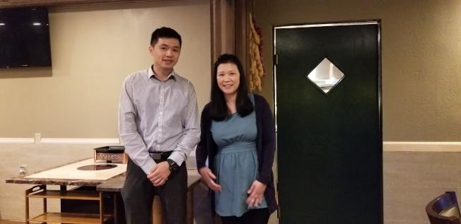 中佛州關懷救助協會秘書長助理簡雅蘭(右)及回台參加僑青訓練的李杰鴻簡報(左)。(記者陳文迪/攝影)