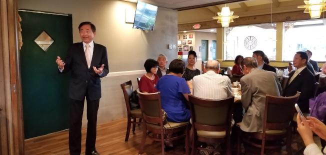 僑務委員王成章在歡迎晚宴中致詞,並簡報參加僑務會議心得。(記者陳文迪/攝影)