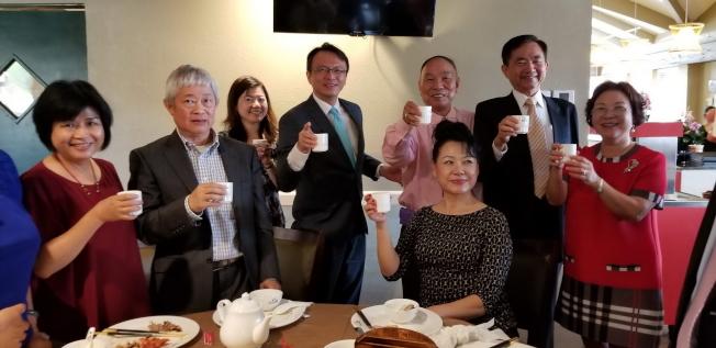 歡迎晚宴中與會者互相敬茶祝福。(記者陳文迪/攝影)