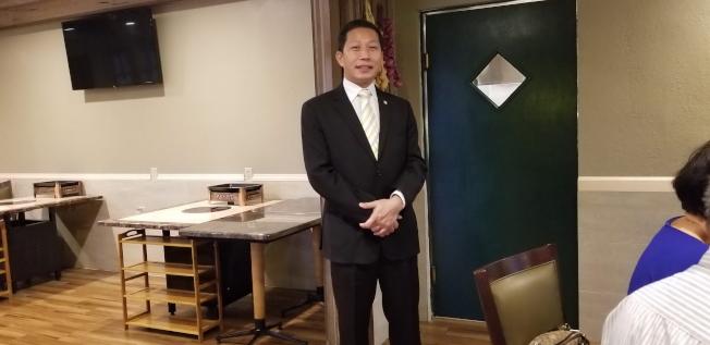 奇士美中文學校前校長、市議員候選人鄭鴻鈞簡報。(記者陳文迪/攝影)