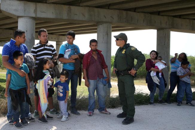 川普政府允許探員調查出面領養在邊界被捕兒童的人,甚至把他們驅逐出境。圖為邊境巡邏員在德州與墨西哥接壤處詢問帶著兒童偷渡來美者。(路透)