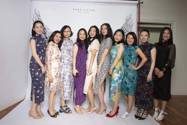 徐曉晴(左四)創紐約首家提供旗袍租賃的攝影工作室「CARA」。(徐曉晴提供)