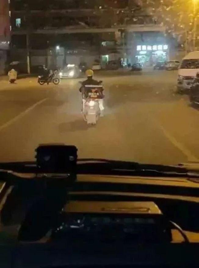 溫州外賣小哥放下工作給救護車帶路,騎車背影感動眾多網友。(視頻截圖)