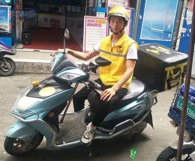 溫州外賣小哥放下工作給救護車帶路,騎車背影感動眾多網友。(取材自澎湃新聞)