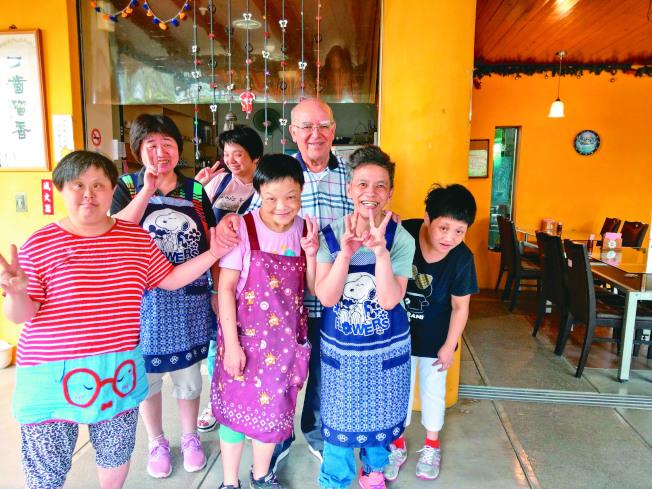 呂若瑟神父(右三)創辦聖嘉民啟智中心,31年來照顧無數急重症智障病患。(記者張芮瑜/攝影)