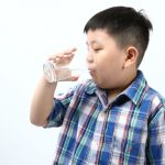 夏天缺水快…孩子易便秘 見馬桶就怕