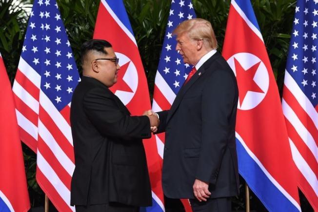 美國總統川普今天上午9時於新加坡對北韓領導人金正恩說出第一句問候,雙方隨後握手合照。美聯社