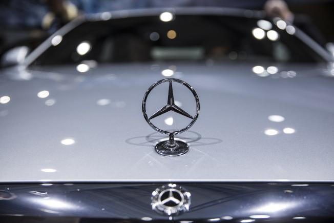 德國當局今天要求賓士(Mercedes-Benz)製造商戴姆勒召回歐洲約77萬4000輛車。(歐新社)