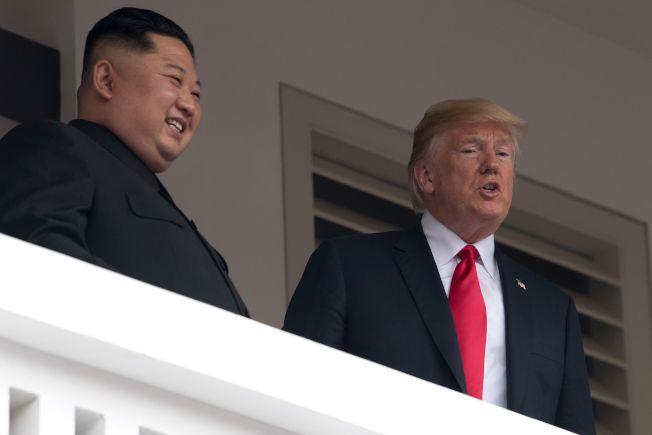 北韓領導人金正恩(左)12日結束與美國總統川普的一對一會談後,有記者問金正恩,他是否會放棄核武,金正恩沒有回答。(Getty  Images)