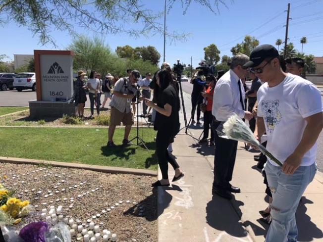 包括天帕市當地的華人民眾、僑領、亞利桑納州大代表,中國留學生代表等11日參加江玥追思會,送上鮮花和蠟燭,為她祈禱。(家人提供)