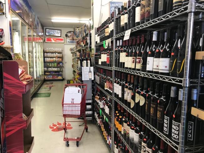 兇嫌在店內架子上偷走一瓶酒,衝出便利店時,將85歲的店主撞倒在地上。(記者李秀蘭/攝影)