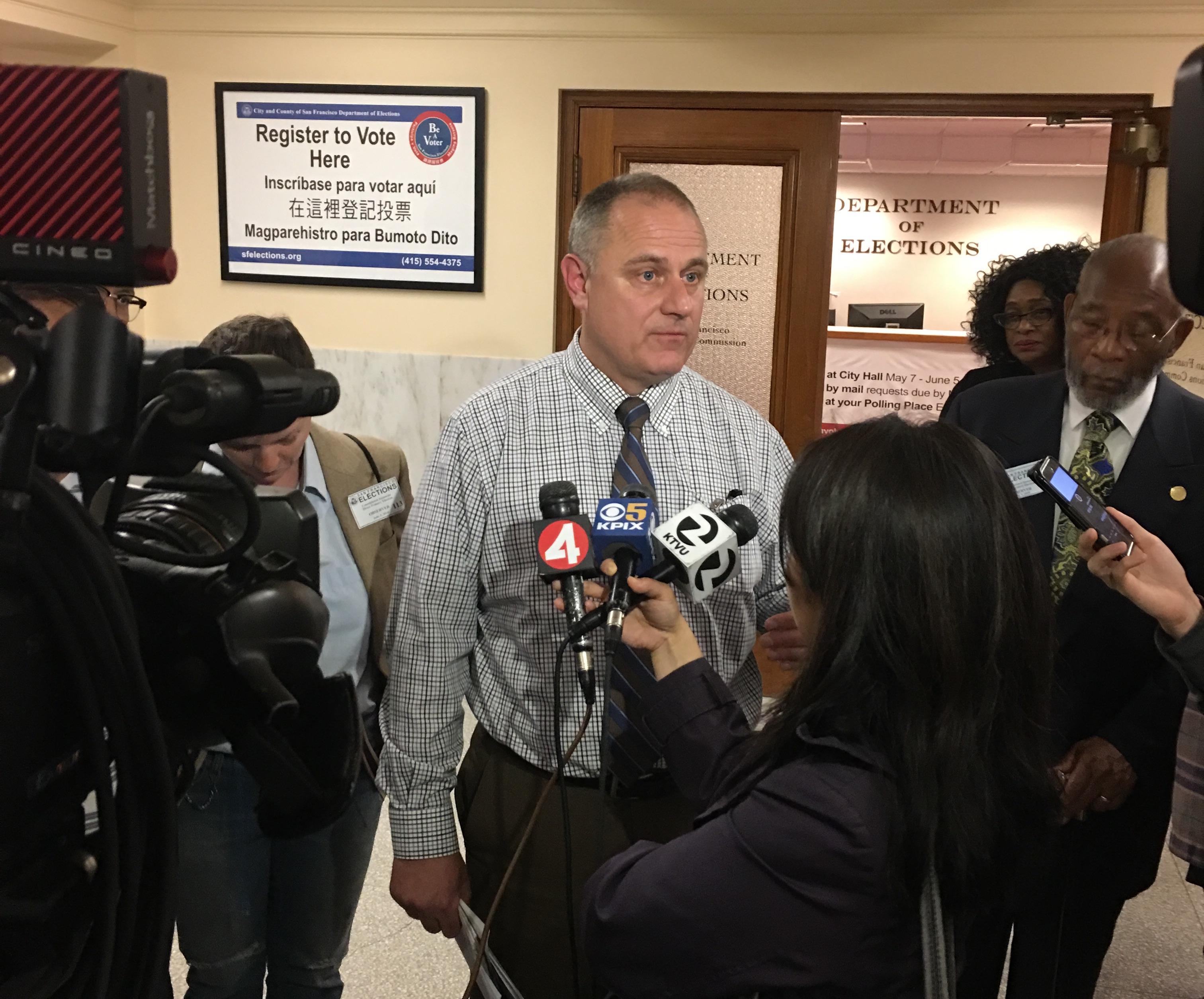 開票持續進行中,每天下午4時的選務處發布會中,處長艾茲都被媒體包圍。(記者李晗 / 攝影)