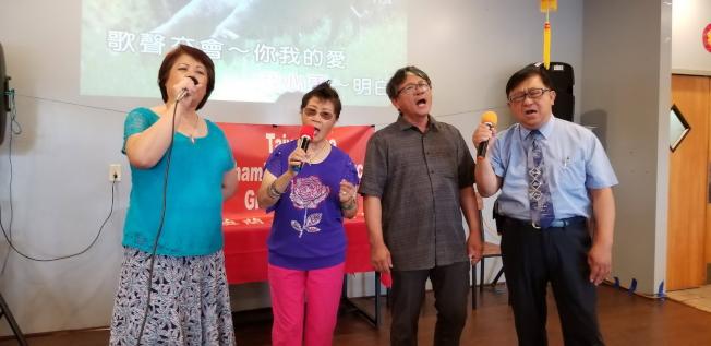 左起:中佛州中華學校校長梁桂台、陳麗君、周皇任及第一銀行經理高健智合唱掌聲響起。(記者陳文迪/攝影)