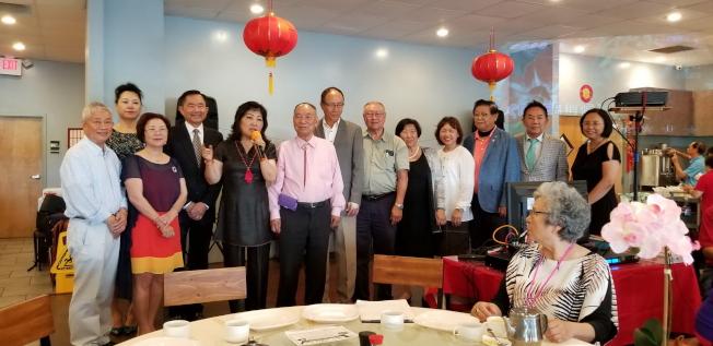 徐美嬋(左五)介紹與會的社團代表。(記者陳文迪/攝影)