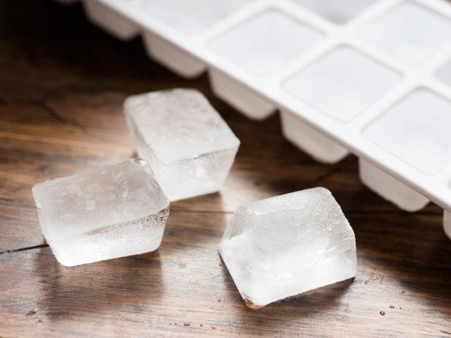 老想吃冰其實是人體嚴重缺鐵的最常見症狀之一。(Getty Images)