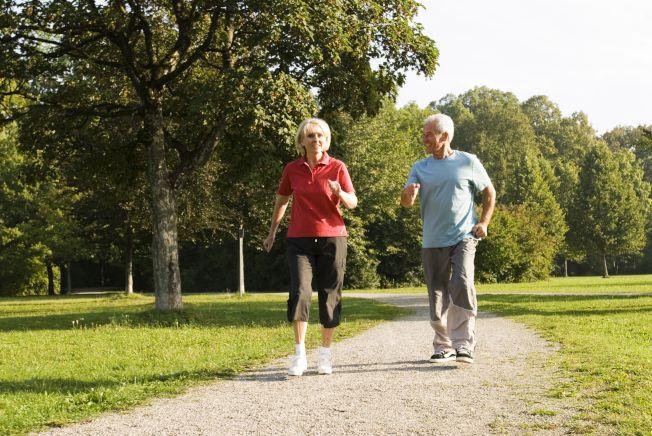 多家大學的共同研究顯示,快步走路有助降低心血管疾病的發病機率,進而壓低死亡率,而且老年人快步走路的延年益壽效果更佳。(Getty images)