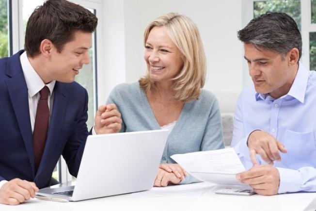 邁入50歲最重要的一件事,就是加強儲蓄。圖為50多歲夫婦諮詢財務顧問。(Getty Images)