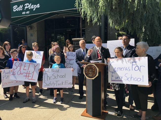 瓦隆(前排右三)、狄納波利(二排右二)以及教師、學生和家長要求改善校園安全。(記者朱蕾/攝影)