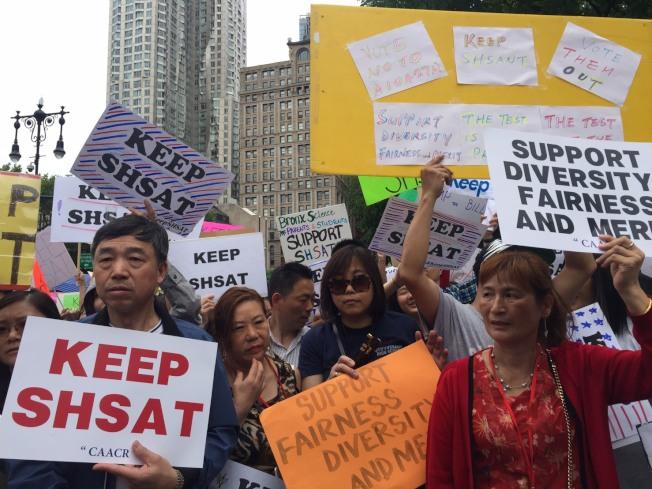 數千名家長、學生、孩童10日聚集在市政廳前抗議,反對市長白思豪廢SHSAT。(記者顏嘉瑩/攝影)