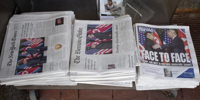 總統川普與北韓領導人金正恩舉行高峰會後,自誇這項歷史性會談成果豐碩,但主要媒體多認為川普收獲有限。圖為12日的報紙頭版,左起分別為紐約時報、波士頓環球報,波士頓先鋒報。歐新社