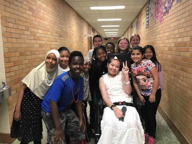 阿妮雅走過死亡邊緣後,靠著堅強意志力完成小學課程,開心參加畢業典禮。(張美琪提供)