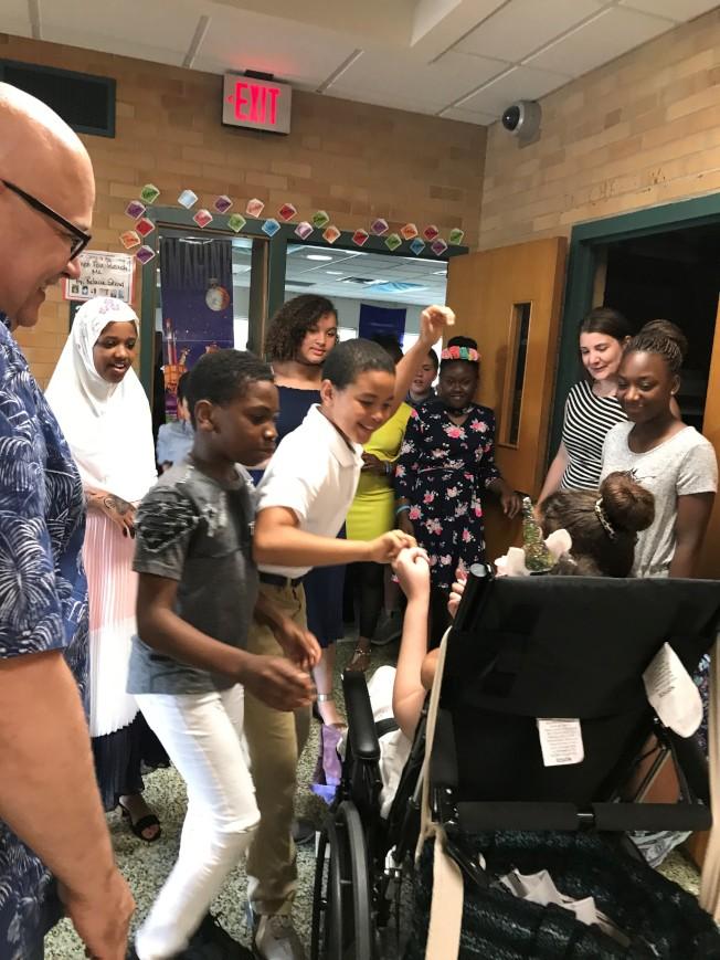 同學們熱情歡迎阿妮雅回到學校。(張美琪提供)