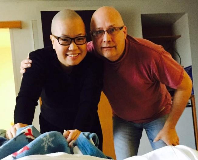 張美琪與男友Jeff 在阿妮雅第一次進行化療時,特別落髮陪伴。(張美琪提供)