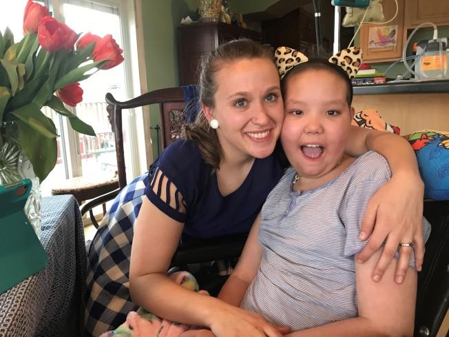 草甸湖小學的老師拜爾斯(左)在阿妮雅恢復意識後,每天都到家裡幫她補課。(張美琪提供)