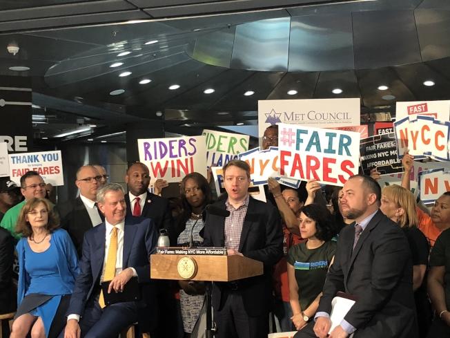 「公平車費」計畫獲得紐約市2019財年經費,將惠集80萬人。前排左二起:白思豪、John Raksin、張晟。(記者陳小寧╱攝影)